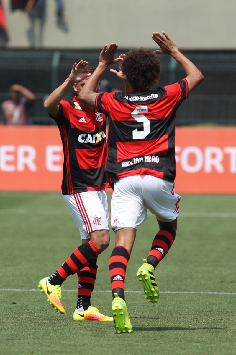 222842cb2daa10 Flamengo vence o Figueirense no Pacaembu e segue na cola do Palmeiras