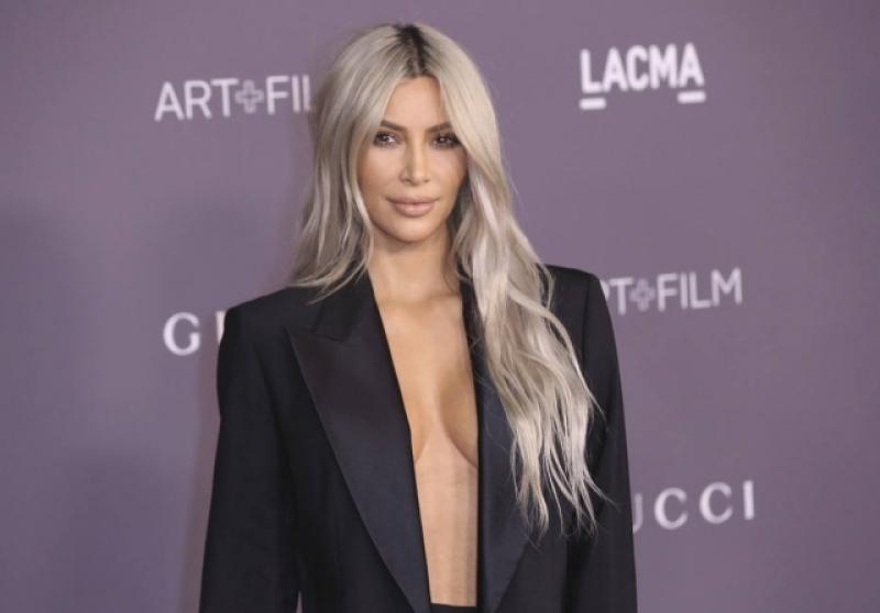 f6c21f19c Kim Kardashian vai a evento sem camisa e sutiã
