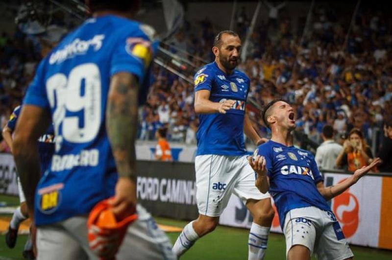 9bafacbbc8 Cruzeiro bate o Corinthians no Mineirão e abre vantagem na decisão ...