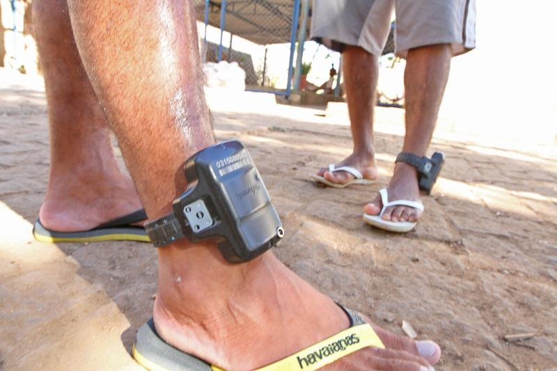 Novas tornozeleiras eletrônicas começam a ser instaladas e passam por  inspeção do MPE