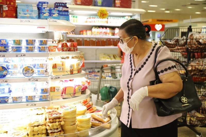 Colaboradores e alguns clientes de supermercados da Capital ...
